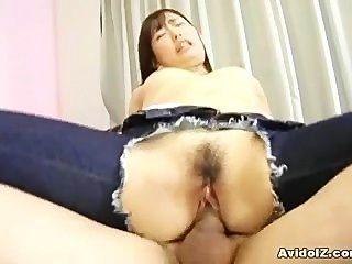 उसकी जींस में छेद के साथ जापानी किशोरों किया जाता है