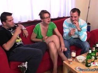 गर्म परिपक्व महिला एक बार में दो लंड लेता है