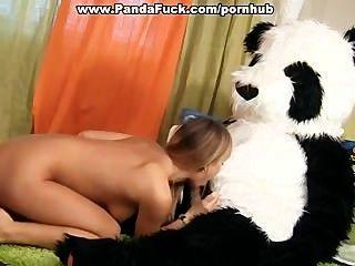 एक सींग पांडा भालू के साथ सेक्स खिलौना पार्टी के