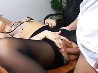 उसके मालिकों को डेस्क पर फट pantyhose कमबख्त में शरारती सचिव