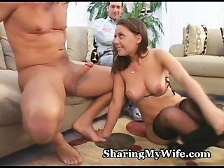 शरारत Wifey से बाहर cums