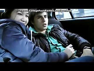 18 साल की लड़की कार में टक्कर लगी हो जाता है