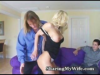 गर्म पत्नी उसे बिल्ली साझा करने के लिए प्रदान करता है