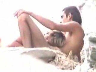 समुद्र तट पर सेक्स करते हुए पति देखता है