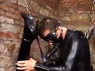 त्रिगुट चमड़े मुट्ठी और बकवास