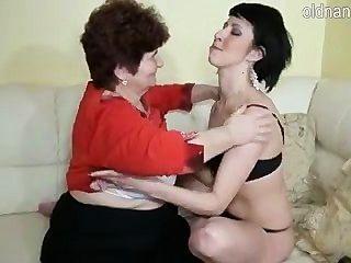 दादी और युवा लड़की