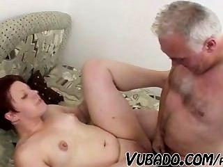 बूढ़े आदमी वसा लड़की fucks !!