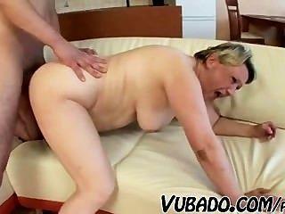 पुराने, मोटी औरत किशोर के साथ fucks !!