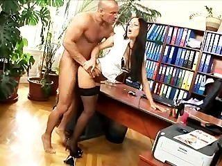 कार्यालय सचिव मोज़ा और ऊँची एड़ी के जूते में गड़बड़