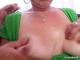 परिपक्व कुतिया cocksucking पिछवाड़े में ले जाता