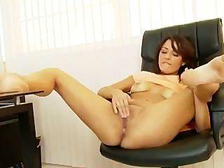 tanned लैटिना एक कार्यालय में masturbates