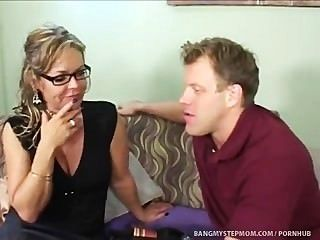 सींग सौतेली माँ कदम बेटे के साथ रिश्ते की सीमाओं को धक्का