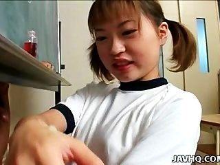 Itsuki Wakana एक अच्छा handjob देता है