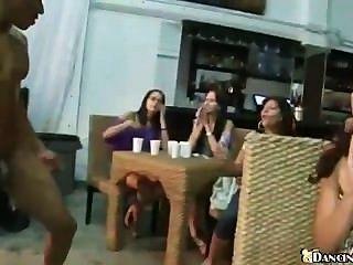 क्लब लड़कियों के सैकड़ों चूसना खाल उधेड़नेवाला मुर्गा