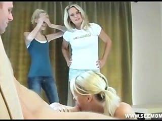 Sallys stepmom एक बड़ी मोटी डिक चूसना करने के लिए कैसे उसकी बेटियों को सिखाता है