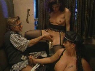 ट्रेन में Busty Tiziana रेडफोर्ड गुदा 3some
