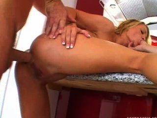 चमेली लिन - छोटे स्तन गुदा गोरा 3some