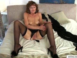 सेक्सी परिपक्व माँ उसकी उंगलियों पर cums