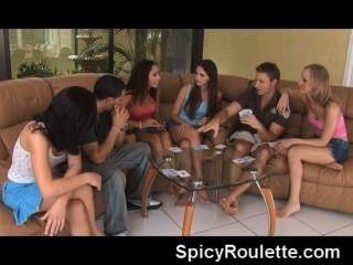 पट्टी पोकर खेल रहे हैं और एक दूसरे को कमबख्त शौकीनों के एक समूह