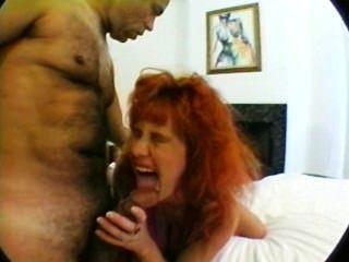 त्रिगुट में भारी स्तन के साथ गर्भवती माँ