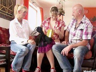 अपने पुराने माँ और पिताजी उसे गंदा सेक्स में envolve