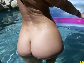 Jayden Jaymes पूल में उसे गीला बिल्ली के साथ खेलता है