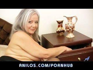 गर्म मोटा दादी उसे गीला छेद fucks
