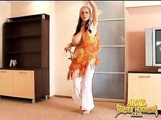 एक पूरी तरह से नग्न मध्य पूर्वी मुजरा नृत्य में बड़ा उल्लू अरब बेली डांसर
