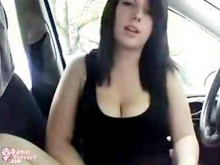 गोल-मटोल लड़की कार और पुस्तकालय