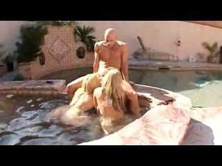 2 महिलाओं के पानी का आनंद ले रहे