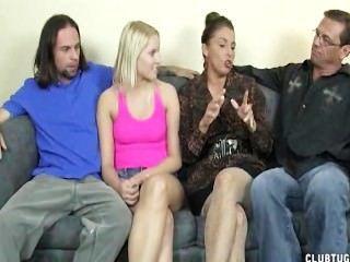 सेक्सी महिलाओं सोफे पर दो लंड झटका बंद