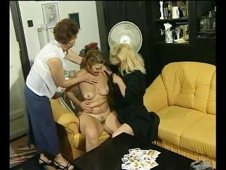 एक कार्ड खेल इन grannies के लिए कुछ समलैंगिक मज़ा में बदल जाता है