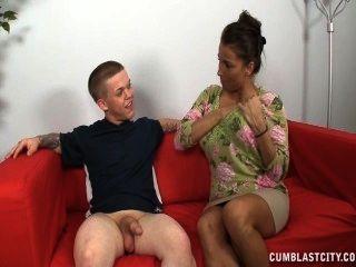 एक busty परिपक्व औरत एक छोटे से आदमी बंद झटके