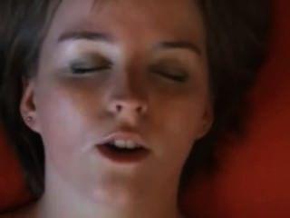 तृप्ति संकलन के क्षण में चेहरे के क्लोज़-अप!