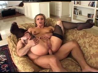 अच्छा स्तन काला जांघ उच्च मोज़ा में कमबख्त के साथ कामुक गोरा milf