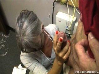 दादी एक बूढ़े आदमी मरोड़ते