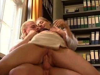 अंजा जुलिएट Laval - सेक्सी जर्मन सचिव उसके सहकर्मी fucks