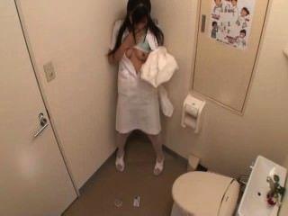 नर्स टॉयलेट में masturbates (mrbob7777)
