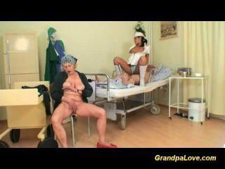 दादा गर्म नर्स द्वारा गड़बड़ हो जाता है