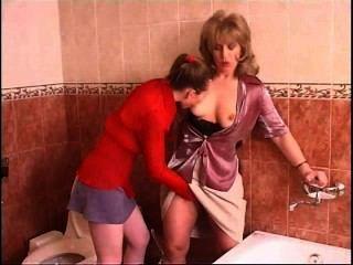 रूसी किशोरों समलैंगिक seduces बाथरूम में एक परिपक्व महिला