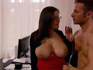 विशाल स्तन कार्यालय में गड़बड़ के साथ सचिव