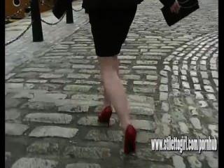 सेक्सी ऊंची एड़ी महिला पतली लाल stilettos पहने बड़ा कोयला पर चलने