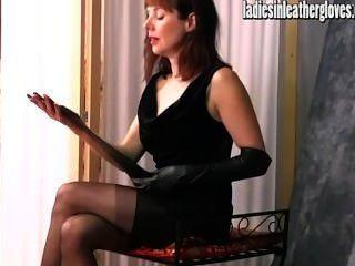 गर्म पॉश milf उसे तंग काले चमड़े के दस्ताने पर डालने के बाद यौन हो जाता है