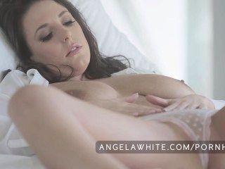 बिग तैसा ऑस्ट्रेलियाई एंजेला बिस्तर में सफेद Masturbating