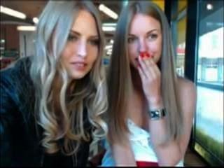 सार्वजनिक कैफे में अपने कपड़े से दूर ले जा दो लड़कियों जबकि देखा जा रहा है