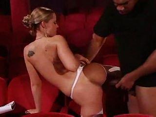 Tyra misoux थिएटर में घुसा दिया जाता है