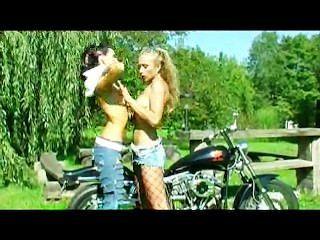 एक बाइक पर ड्रिलिंग dildo