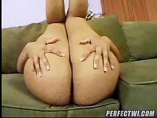 लैटिना ममी उसके बड़े सेक्सी गधा से पता चलता है
