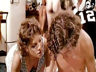 चियरलीडर्स बड़े पैमाने पर नंगा नाच