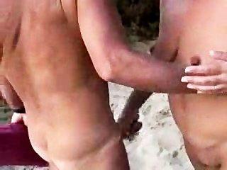 समुद्र तट पर नग्न जोड़े को
